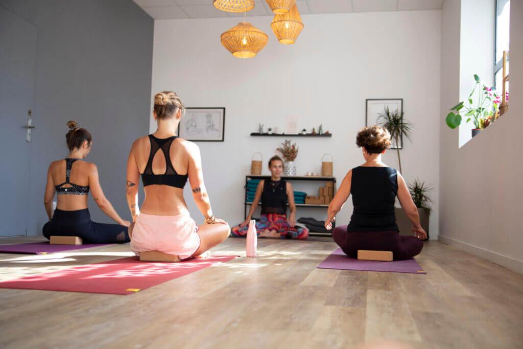 groupe d'adultes en cours d'hatha yoga