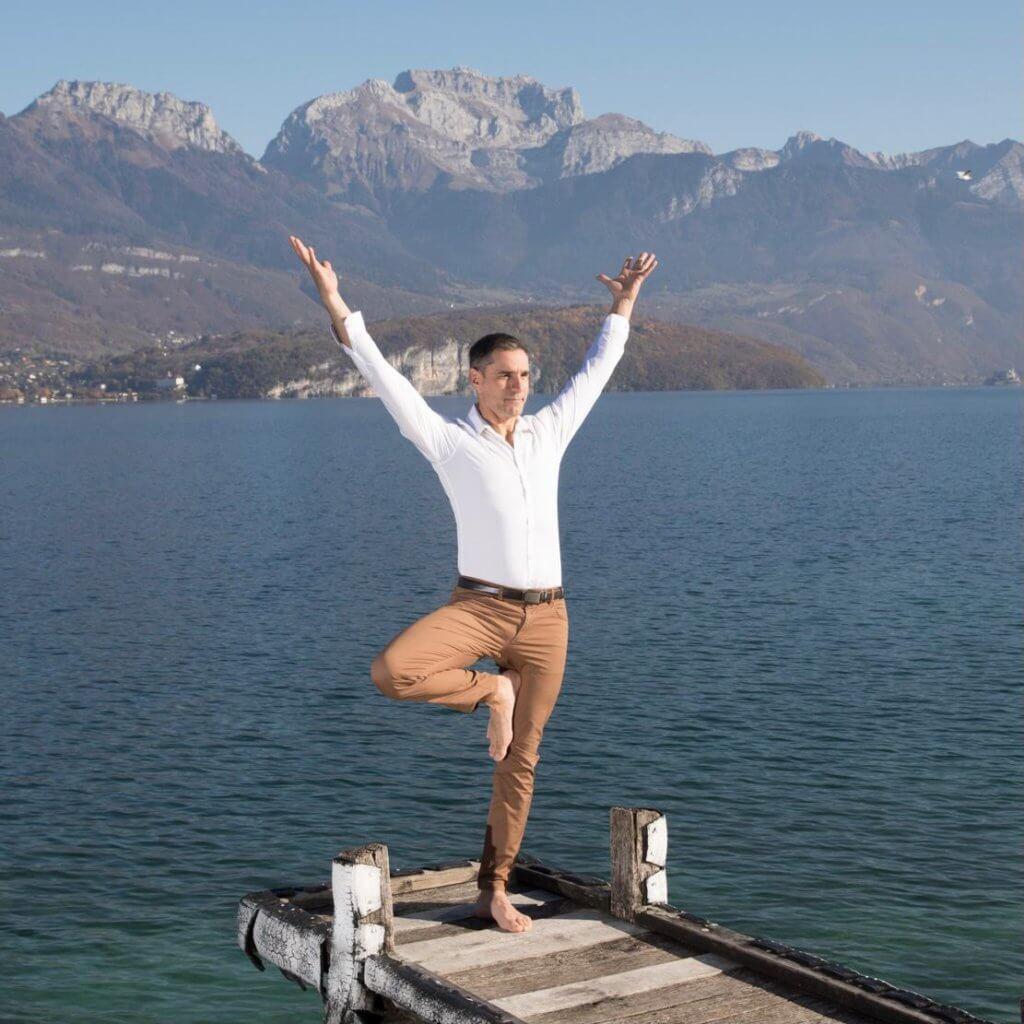 Satiam yoga au bord du lac d'Annecy